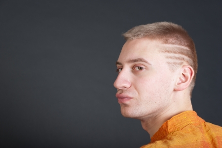 earnest: Retrato de hombre adulto joven serio sobre fondo gris