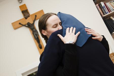 Chekyabinsk Rusia - 4 de noviembre de 2012: niña abrazando a hermana monja Editorial