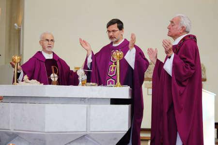 Chelyabinsk, Russia - 22 marzo 2009: Santa Messa nella Chiesa cattolica romana di Chelyabinsk in Russia con la partecipazione del vescovo Clemens Werth.