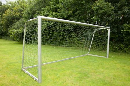portería de fútbol en un campo