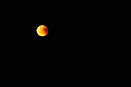 red blood moon in the darkness of the night lunar elipse Banque d'images