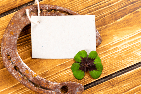 horseshoe with green shamrock sign for luck for st patricks day on a wooden background Stockfoto