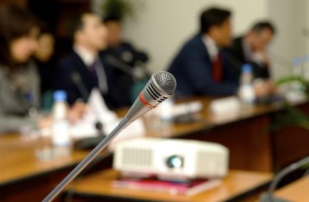 conferentie: Microfoon voor de luidspreker in een conferentie met een zaal