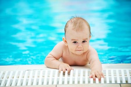 splash pool: peque�o beb� jugando en la piscina