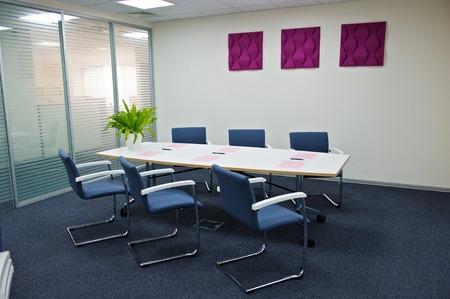 oficinistas: interior de la oficina moderna. Foto de archivo