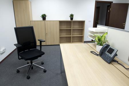 muebles de oficina: interior de la oficina moderna. Foto de archivo