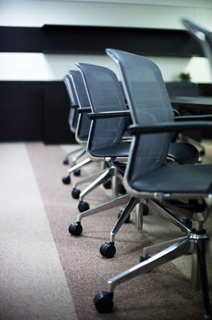 silla de madera: Sala de conferencias de negocios Interior vacío.