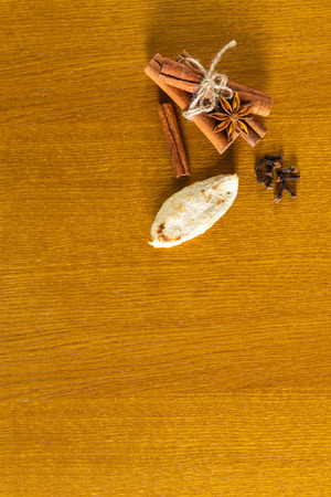 tabel: Сinnamon sticks, spices, cloves on wooden tabel background