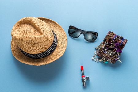 Accesorios de moda con sombrero, gafas de sol, collar Foto de archivo