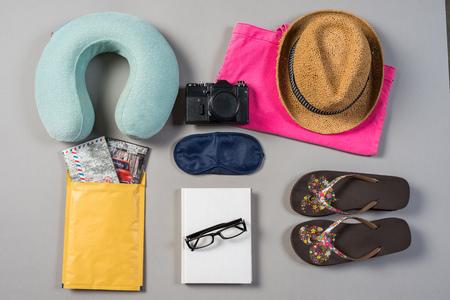 voyage: Mock up of summer traveling stuff on grey background. Banque d'images