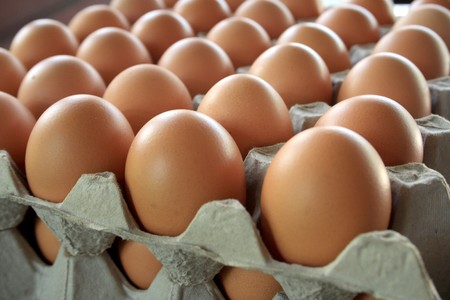 トレイに鶏の卵