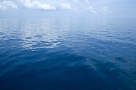 穏やかなダークブルーの海の背景