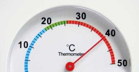ラウンドの温度計は暑いです。 写真素材