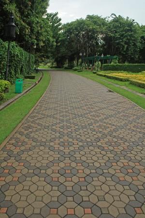 れんが造りの通路の庭の部分