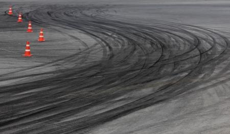 道路のトラックのタイヤ跡