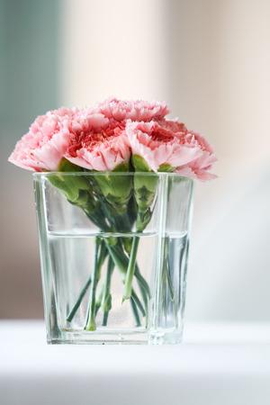 ガラスの花瓶にカーネーションの花束