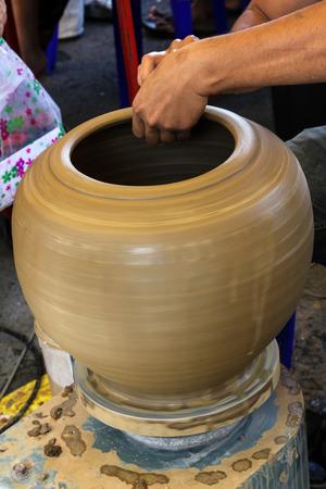 alfarero: Las manos de un alfarero haciendo en arcilla en el torno de cer�mica Foto de archivo