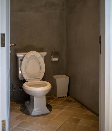 Inodoro en el baño con estilo retro.