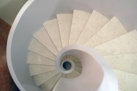 točité schodiště z bílého mramoru půdorysu Reklamní fotografie - 19935317