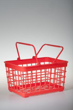 červená koš na bílém pozadí plast Reklamní fotografie - 33048923