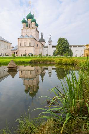 reverential: chiesa Giovanni Teologo Rostov Grande Russia riflessione lago Archivio Fotografico
