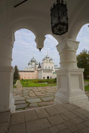 reverential: chiesa Resurrezione Rostov Grande Russia guardare attraverso la pietra portico