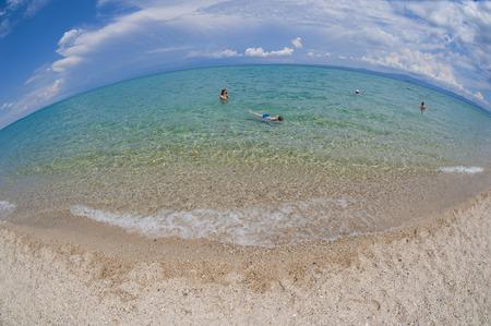Matka a dcera se těší čas na tropické pláži Reklamní fotografie - 33132289