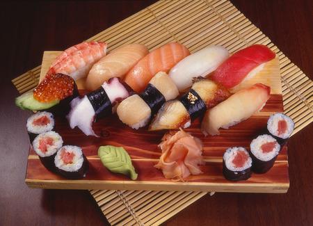 sushi rolích wasabi dřevěné prkno a bambusové rohože Reklamní fotografie - 33048911