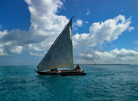 Traditionelles Segelboot auf dem türkisfarbenen Meer bei Sanisbar Standard-Bild