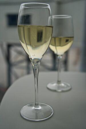Zwei Gläser Prosecco-Champagner, seitlich fotografiert, in der Business Lounge des Flughafens vor dem Abflug