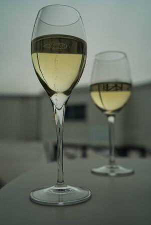 Zwei Gläser Prosecco-Champagner, seitlich fotografiert, in der Business Lounge des Flughafens vor dem Abflug Standard-Bild