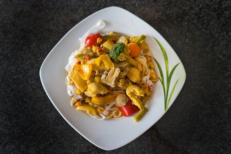 Healthy Thai Curry Vegetable Pan Chicken Pan Tom Yum Soup Plate with Turmeric 免版税图像