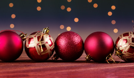 美しい装飾的なクリスマス ボールのグループ。ボール付きのクリスマス カード 写真素材