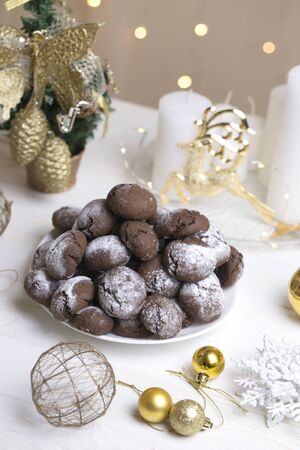 Chocolate Crinkle Cookies in powdered sugar. Chocolate brownie cookies in powdered sugar. Zdjęcie Seryjne