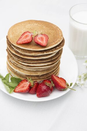 Homemade pancakes with fresh strawberries and honey. Pancakes for Breakfast.Gluten-free: Pancake with rice milk and rice flour 版權商用圖片