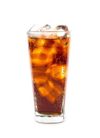 Beber cola con hielo en vaso sobre fondo blanco.
