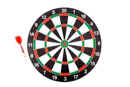 Dartboard with red dart arrow on white background Banque d'images