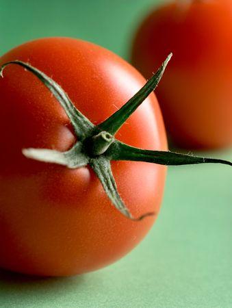 Zwei reif Tomaten/Paradeiser auf grünen Hintergrund Standard-Bild - 5413186