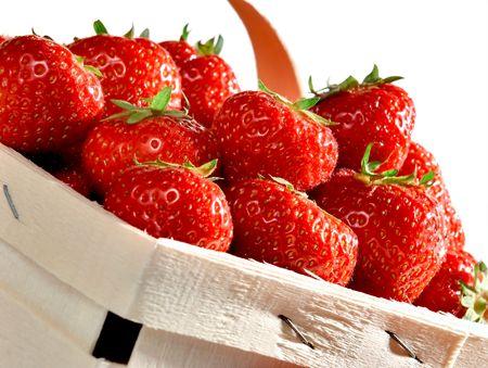 Korb für saftige Erdbeeren auf weißem Hintergrund Studio Standard-Bild - 5413184