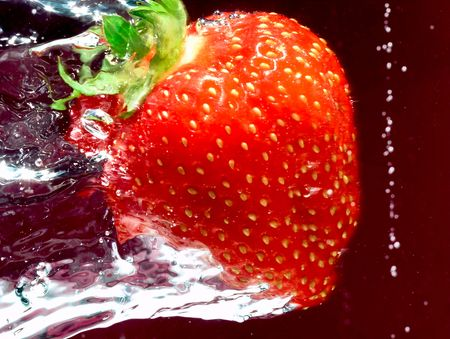 Reife Erdbeere Schwimmen durch Wasser Standard-Bild - 5413085