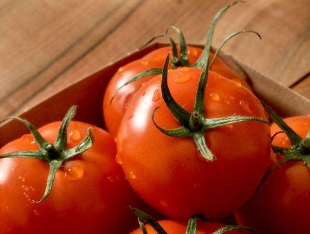 Box von frischen Tomaten auf Holztisch Standard-Bild - 5453368
