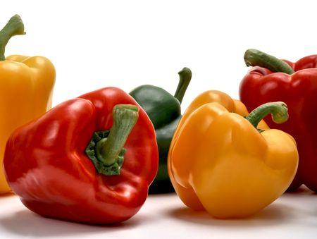 Rote, grüne und gelbe Paprika, die auf weiße Studio hintergrund isoliert  Standard-Bild - 5453369