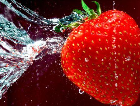 Reife Erdbeere schwimmen durch Wasser Standard-Bild - 5453380