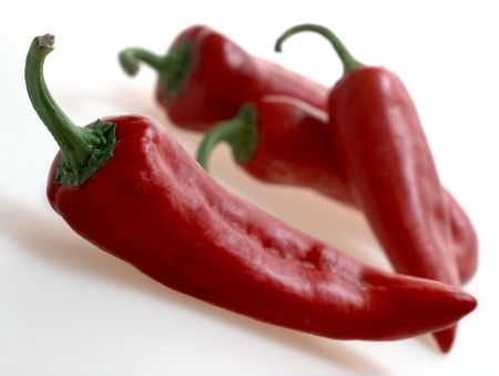 Red italienischen Gemüsepaprika (Capsicum Annuum) auf weiße Studio-Hintergrund Standard-Bild - 6355403