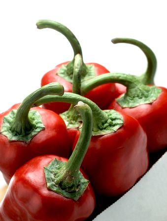 Red italienischen Gemüsepaprika (Capsicum Annuum) in Kartons Feld auf weißen Hintergrund isoliert Standard-Bild - 6355405