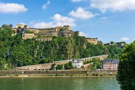 La forteresse Ehrenbreitstein à Coblence. Comme vu de Deutsches Eck. Banque d'images - 86676729