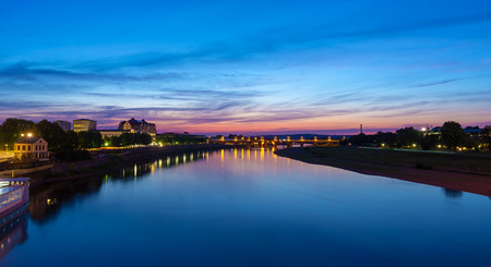 Elbe River Dresden (Germany) at night. Photo taken from Augustusbruecke looking at Marienbruecke. Imagens