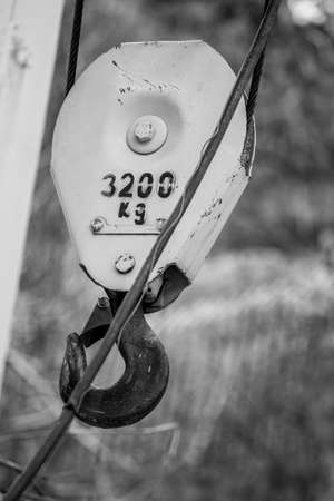Black and white 3200 kilograms crane hanging hook, close up with blurred background 版權商用圖片