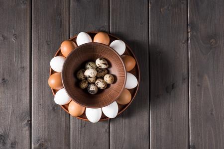 huevos de codorniz: Chicken and quail eggs Foto de archivo