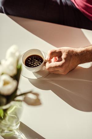 Hombre que sostiene la taza de café Foto de archivo - 71670157